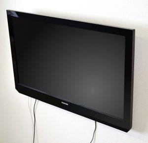せっかくの壁掛けテレビでもダランと垂れ下がった配線が残念
