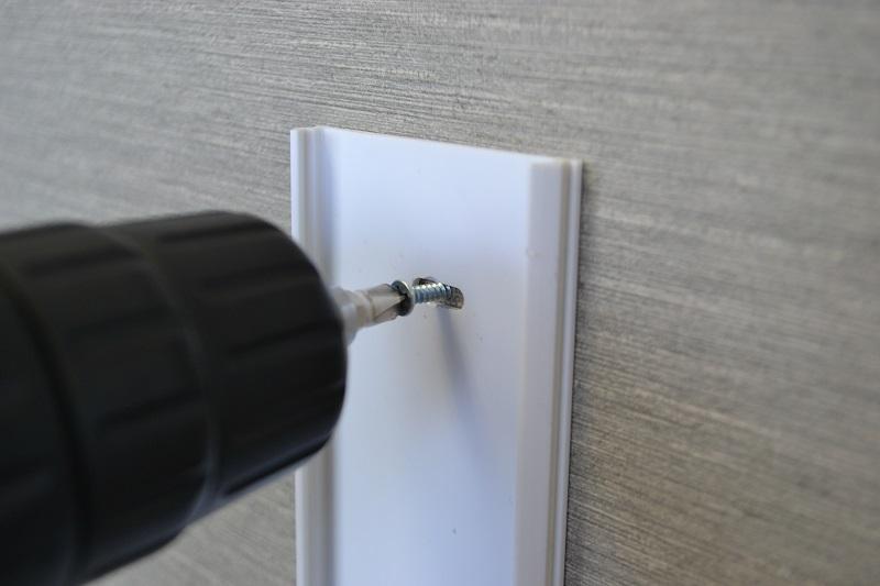 ネジで壁に固定する配線モールです